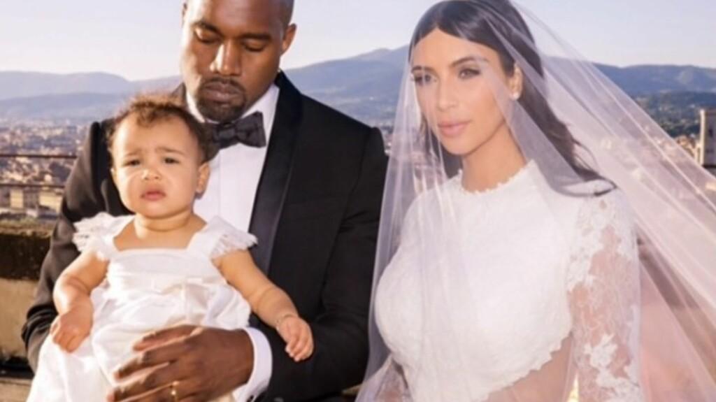 FAMILIEBILDET: Kim Kardashian, Kanye West og datteren North West under bryllupet. Foto: Kim Kardashian/Instagram