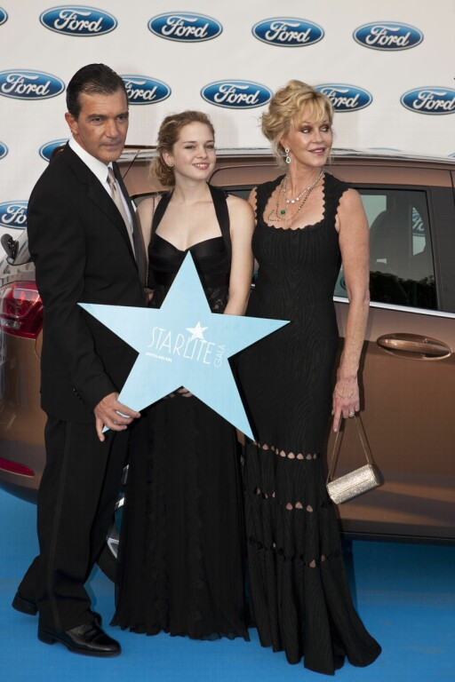 FRA LYKKELIGE TIDER: Antonio, Melanie Griffith og datteren Stella i Spania i 2012.  Foto: All Over Press