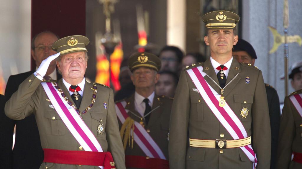 FAR OG SØNN: Kong Juan Carlos og sønnen kronprins Felipe fotografert side om side samme dag som det ble kjent at kongen abdiserer fra tronen etter 39 år som Spanias overhode. Foto: Stella Pictures