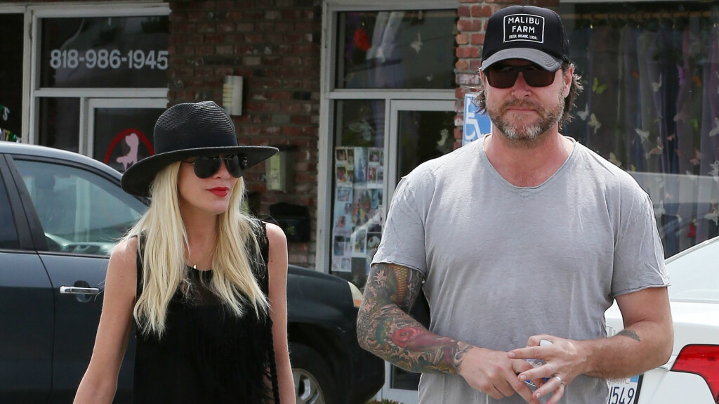 "INTIM TATOVERING: Ifølge Tori Spelling har ektemannen Dean McDermott tatovert ""Tori sin"" over sin egen penis. Foto: Splash News/All Over Press"