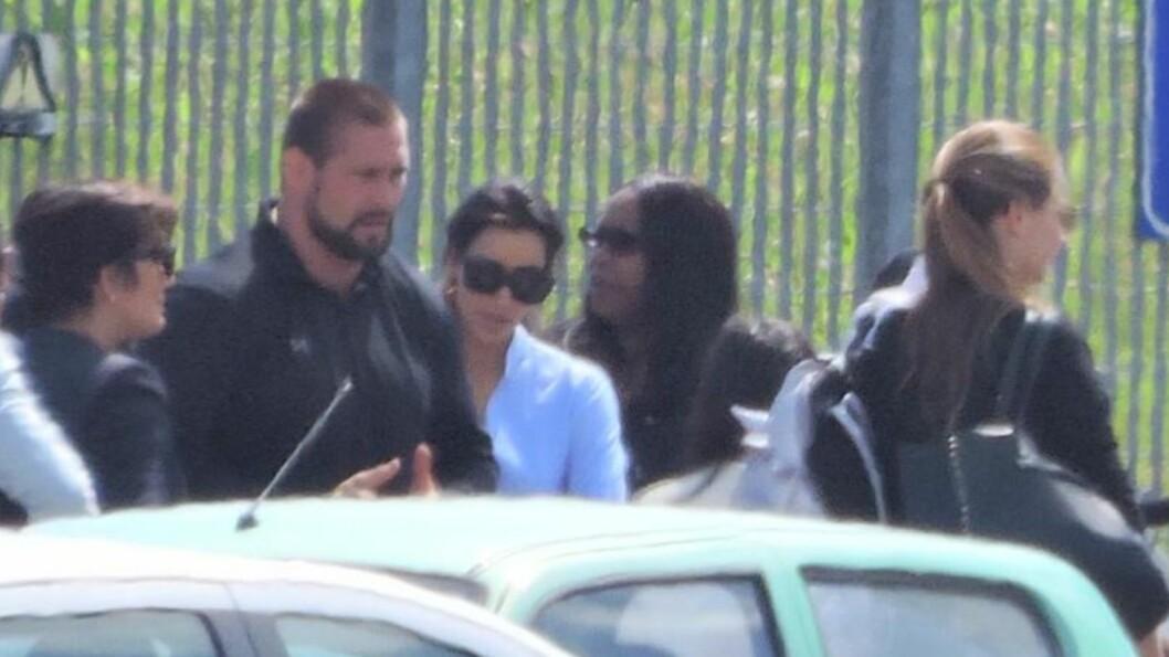 <strong>HER ER BRUDEN:</strong> Kim Kardashian bar hvite klær da hun ankom flyplassen i Firenze i 15-tiden lørdag. Før vielsen skiftet hun til en haute couture-brudekjole fra Givenchy. Foto: All Over Press