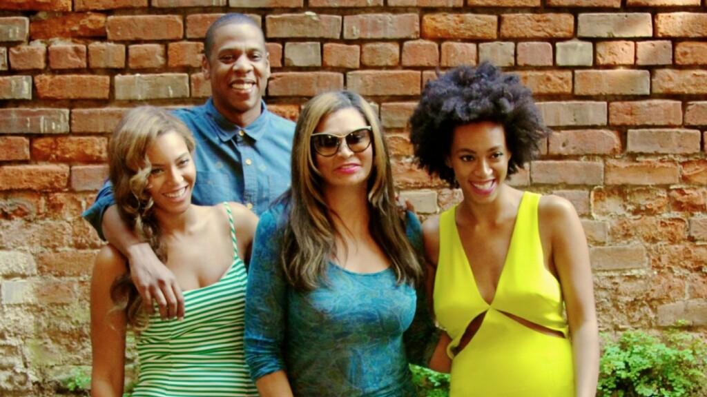 SAMLET IGJEN: Mandag delte Beyoncé dette familiebildet på sin hjemmeside. Her ser det ut til at ektemannen Jay-Z og søsteren Solange er venner igjen. Moren Tina var også med på familiemiddagen.  Foto: Beyonce/Tumblr