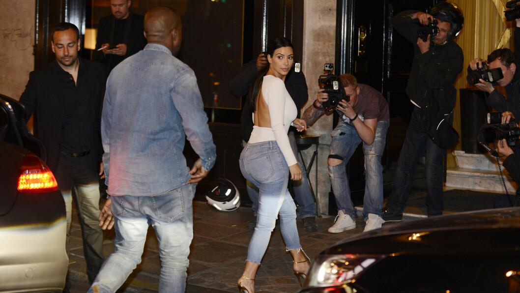 STRENG SELVDISIPLIN: Lørdag gifter Kim Kardashian seg med kjæresten Kanye West. For å se best mulig ut på bryllupsdagen har realitystjernen kuttet ned på kaloriene og økt antall treningstimer. Her er paret fotografert i Paris søndag kveld.  Foto: All Over Press