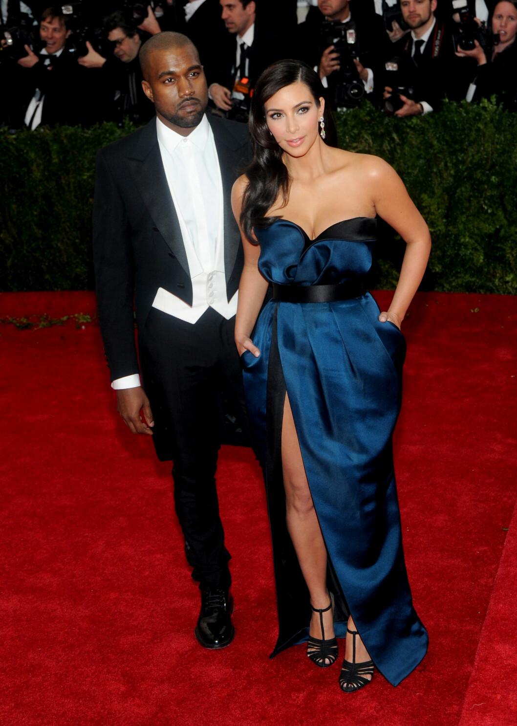 OVERDÅDIG: På Kims bursdag i oktober i fjor leide Kanye West en baseball-arena og gikk ned på kne. Bryllupet 24. mai er forventet å være overdådig og luksuriøst.  Pictured: Kanye West and Kim Kardashian Ref: SPL748585  050515   Picture by: Jackie Brown / Splash News  Splash News and Pictures Los Angeles:310-821-2666 New York:212-619-2666 London:870-934-2666 photodesk@splashnews.com  Foto: Jackie Brown / Splash News/ All Over Press