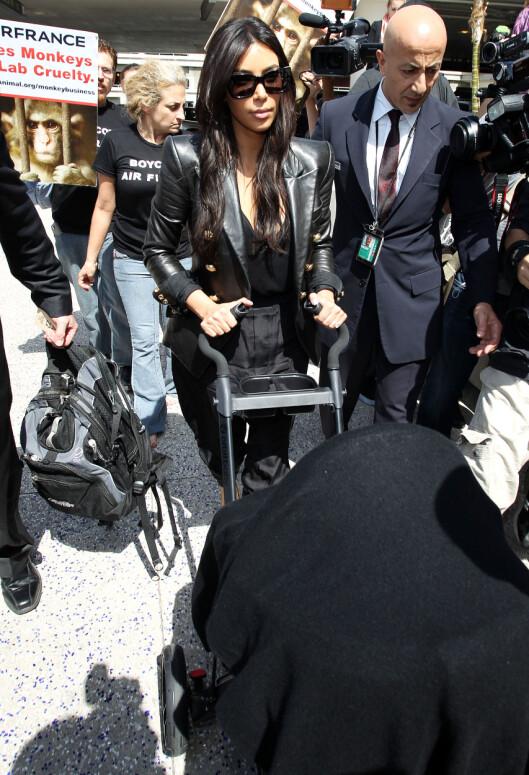 LILLE NORTH ER MED: Kim Kardashian og datteren North (11 mnd) fotografert på flyplassen i Los Angeles, på vei til Paris. Foto: Splash News/ All Over Press