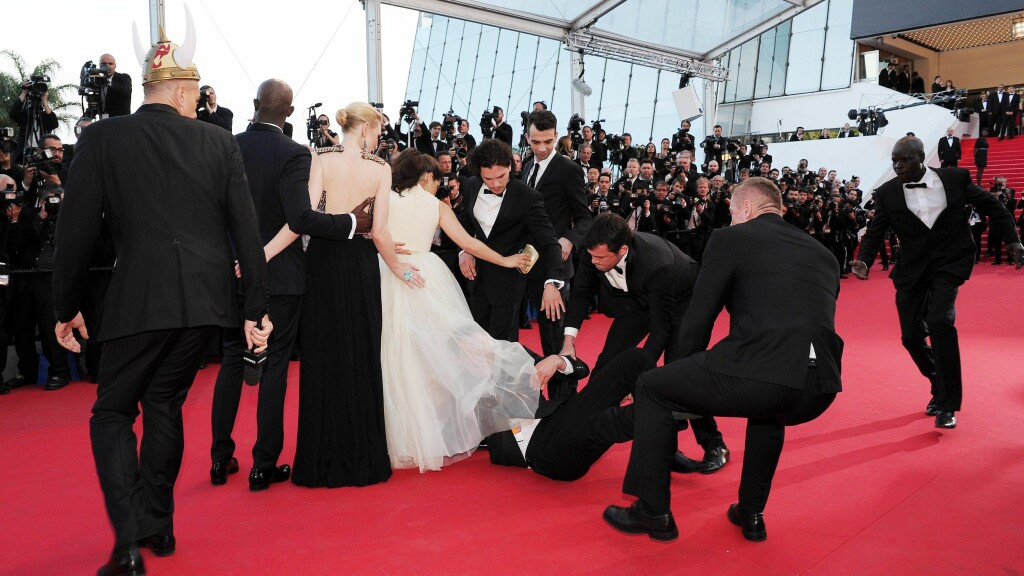 KRØP UNDER KJOLEN: America Ferrera fikk sjokk da den ukrainske journalisten Vitalii Sediuk krøp under kjolen hennes på en filmpremiere i Cannes fredag.  Foto: imago/PanoramiC/ All Over Press