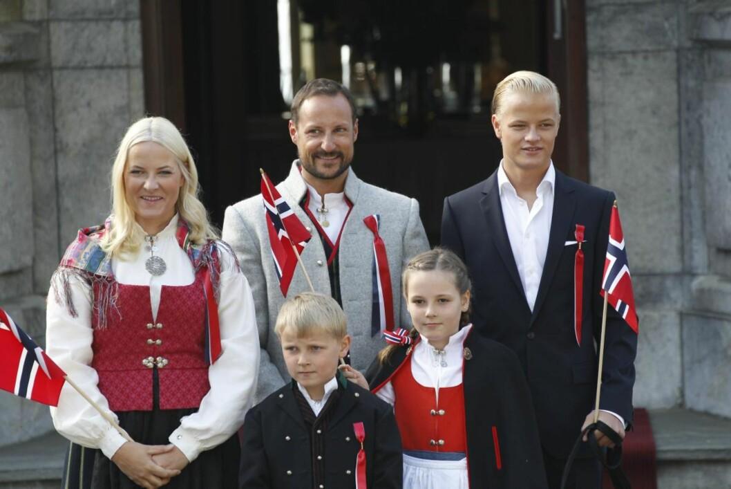 TIDLIG OPPE: Klokken 8 i morges hilste kronprinsfamilien på barnetoget som passerer Skaugum i Asker. Kronprinsparet og prinsessen var kledd i Asker-bunader, mens prinsen var iført bunad fra kronprinsessens hjemfylke, Vest-Agder. Marius var stilig i mørk dress. Foto: Andreas Fadum, Se og Hør