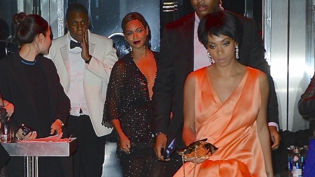 """ETTER ANGREPET: Her kommer Beyonce, Jay-Z og Solange ut fra Standard Hotel etter at """"Beautiful Liar""""-stjernens lillesøster gikk løs på Jay-Z i heisen. Foto: Splash News/ All Over Press"""