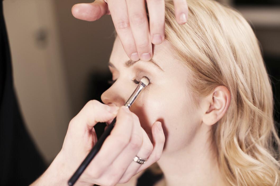 RIKTIG VERKTØY: Jan Thomas anbefaler å bytte pensel flere ganger mens man sminker øyet. Slik sikrer man et optimalt resultat.  Foto: Ida Bjørvik
