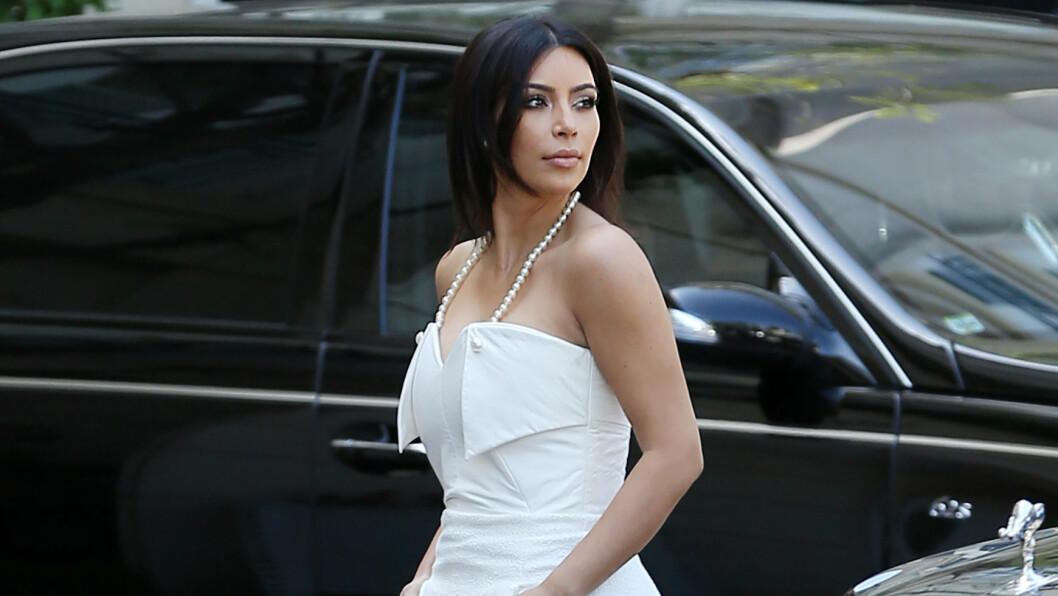 ELEGANT: Kim Kardashian var iført en tettsittende hvit kjole på vei til sin egen bryllupsshower i Beverly Hills lørdag. Temaet på festen var franskinspirert og stod i stil med Kim og Kanye Wests nært forestående Paris-bryllup. Foto: Clint Brewer/Splash News/All Over Press