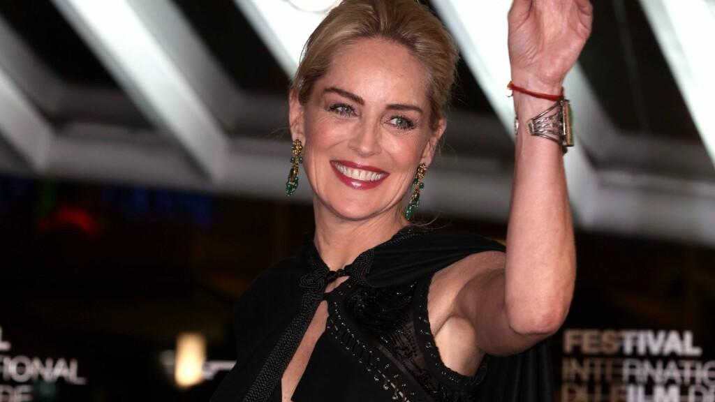 TROSSER ALDEREN: Til tross for at hun er godt over 50 år gammel stiller Sharon Stone lettkledd på GQs nye forside.  Foto: FameFlynet