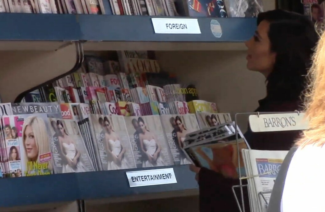 FORNØYD: Kim Kardashian hadde armene fulle av sin egen Vogue-forside etter et butikk-besøk i Los Angeles.  Foto: X17 Online