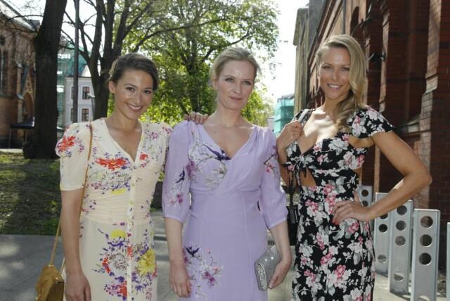 bc8e1e67d25d BLOMSTERPIKER  Skuespiller og designer Pia Tjelta hyller venninnens  brudekjole. Hun kom i følge med