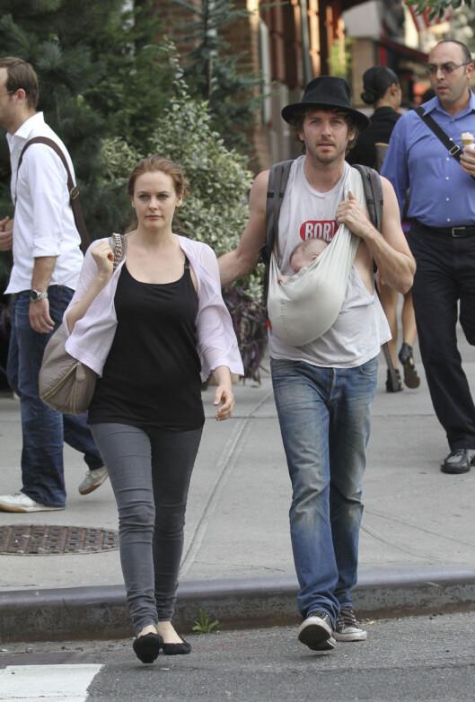 NATURLIG LIVSSTIL: Både Alicia og ektemannen Chris Jarecki er veganere, og Alicia er svært opptatt av å gi sønnen en naturlig og giftstoff-fri oppdragelse. Her er de tre sammen i New York i 2011. Foto: Stella Pictures