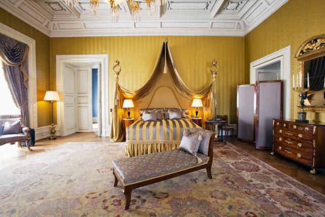 bf53531c HERSKAPELIG DRØM: Dette er det store soveværelset i Kong Haakon Suiten. De  to søylene