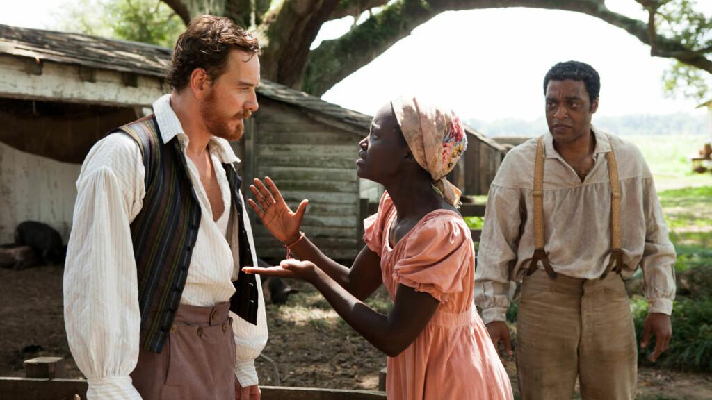 SUKSESS: Lupita Nyong'o spilte slavekvinne i suksessfilmen «12 Years a Slave», en rolle som ga henne Oscar for beste birolle. Her med skuespillerkollegene Chiwetel Ejiofor (t.h) og Michael Fassbender. Foto: Stella Pictures