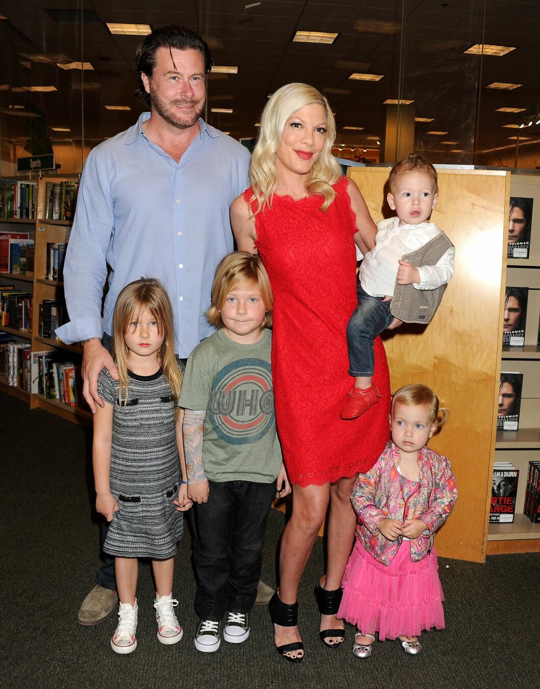 STOR FAMILIE: Til tross for svært trange tider økonomisk de siste årene, har paret valgt å få hele fire barn sammen. Foto: REX/Broadimage/All Over Press