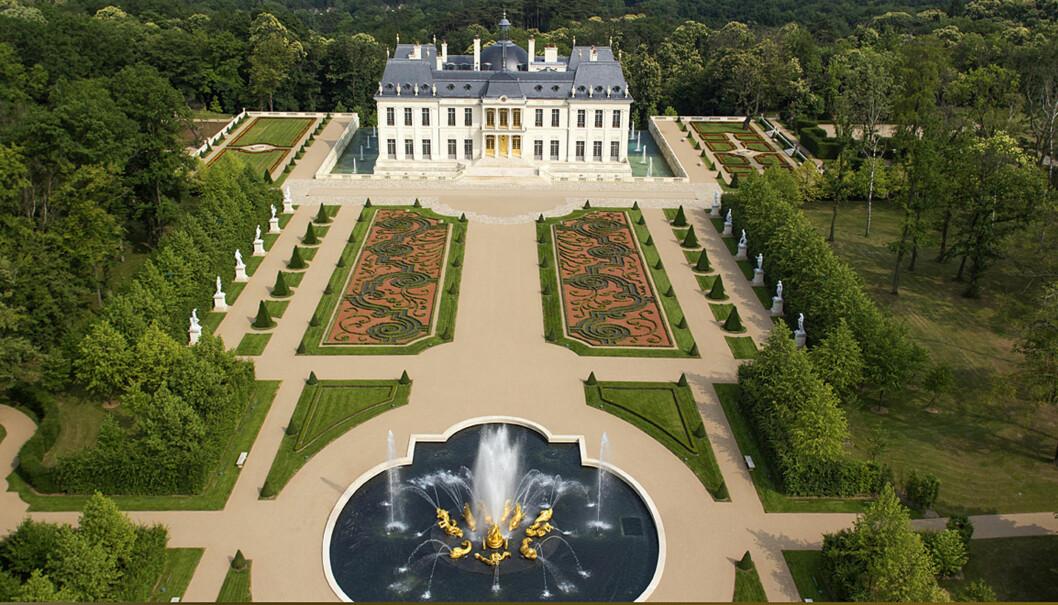 SLOTT: Superparet har blant annet besøkt slottet Louis XIV castle i Louveciennes utenfor Paris og det er antatt at bryllupet vil finne sted i disse idylliske omgivelsene.  Foto: FameFlynet Sweden