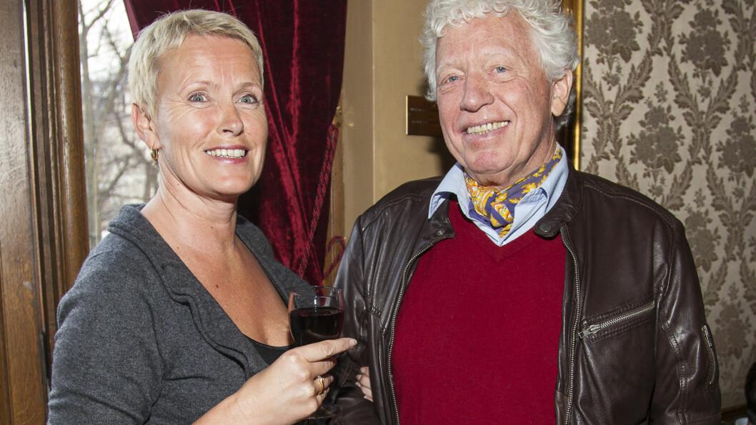 TENKER PÅ ALDEREN: NRK-veteran Odd Karsten Tveit giftet seg i 2011 med jordmor Berit Mortensen, som har jobbet i Palestina i en årrekke. Berit er nesten 20 år yngre enn Odd Karsten, så han håper hun slipper å bli «sykepleier» for ham, sier han til VG Helg.  Foto: Tor Lindseth, Se og Hør
