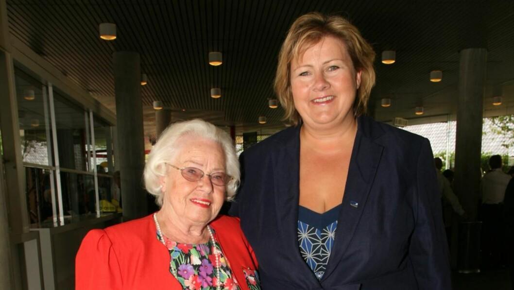 SYNSPROBLEMER: Statsministerens mor, Inger-Wenche Solberg (87) tar i bruk hjelpemidler for å kunne lese alt om datteren. Her er de to ved åpningen av de 57. Festspillene i Bergen i 2009.  Foto: Bent Are Sigvaldsen/Se og Hør
