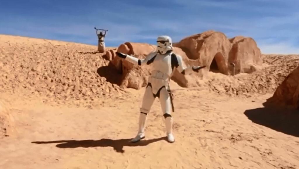 HAPPY: Litt dansing i ørkenen iført Star Wars-kostyme? Ja, hvorfor ikke... Tunisias turistminister håper deres nye musikkvideo vil hjelpe å gjøre landet til en populær turistdestinasjon igjen.