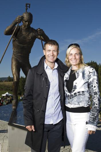 BRUDD: Ole Einar Bjørndalen og kona Natalie Santer-Bjørndalen gikk i 2012 hvert til sitt etter seks år som mann og kone. Her fra 2008 da de var til stede under avdukingen av statuen av skiskytteren på Simostranda i Modum.  Foto: Andreas Fadum / Se og Hør