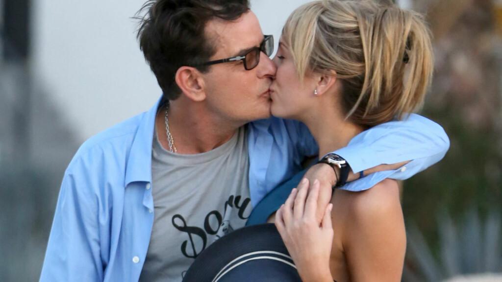 FRIDDE: Charlie Sheen har datet pornostjernen Brett Rossi i noen få måneder, men er tydeligvis overbevist om at 24-åringen er den rette for ham. Lørdag fridde han til henne under en ferietur til Hawaii. Foto: FAMEFLYNET