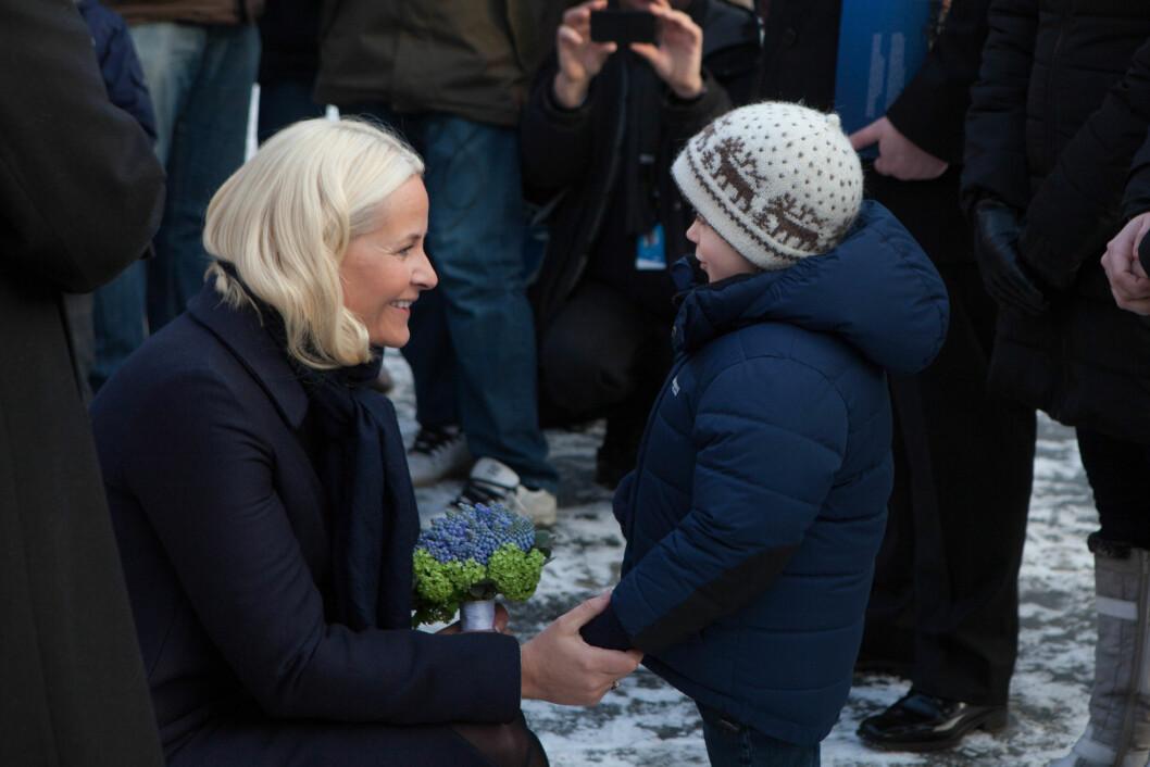 MØTT AV BARN: Kronprinsesse Mette-Marit ble tatt imot av mange barn da hennes litterære togreise startet i Bodø tirsdag. Foto: Henrik Dvergsdal