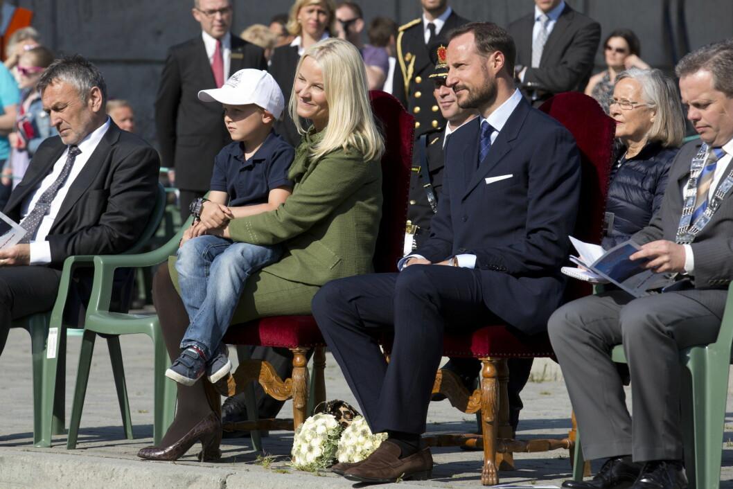 BARNEVAKT: Da kronprinsparet var på fylkestur i Møre og Romsdal i 2012, dukket de to yngste barna overraskende opp. Mormor Marit Tjessem var også med - og her kan vi se henne sitte bak datteren og svigersønnen.  Foto: UK Press