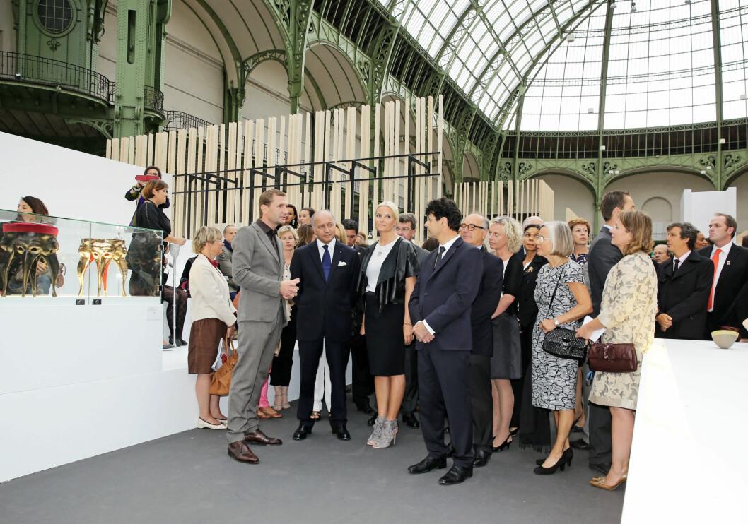 I BAKGRUNNEN: Mens kronprinsessen konverserte med de høye herrer, sto mamma Marit Tjessem i bakgunnen og fulgte nøye med.   Foto: FameFlynet