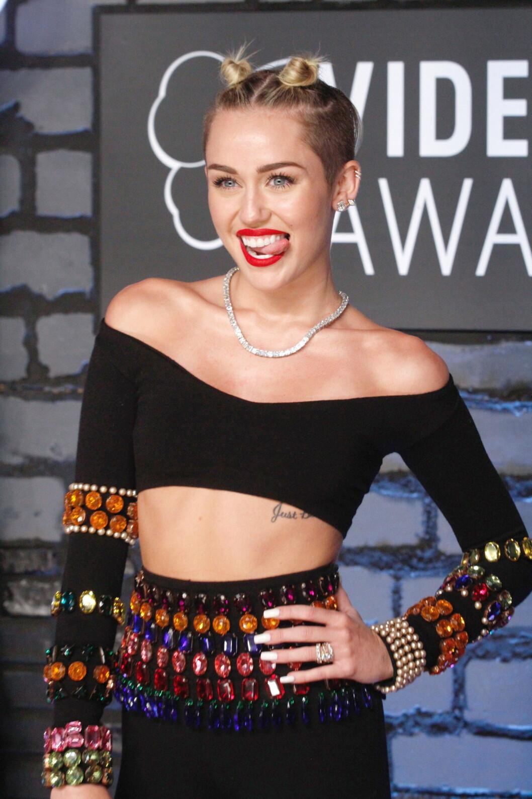 BLIKKFANG: Miley Cyrus har gjort de røde leppene, og tunga som stikker ut, til sitt varemerke. Jan Thomas viser deg hvordan du får leppestiften til å sitte hele dagen.  Foto: All Over Press