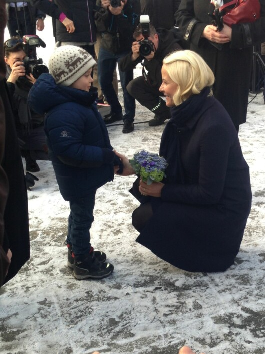 NÆRT: Kronprinsessen tok seg god tid til å hilse på de fremmøtte.  Foto: caroline Vagle