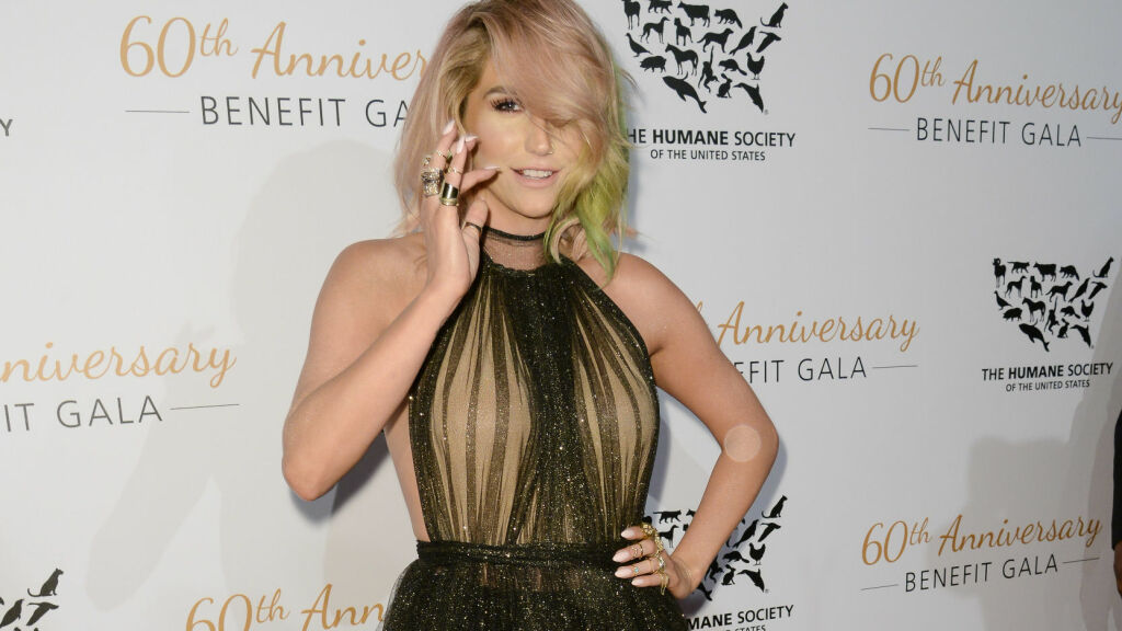 STRÅLTE: Kesha så flottere ut enn på lenge da hun viste seg på The Humane Society of the United States 60th Anniversary Benefit Gala i Beverly Hills lørdag kveld. Foto: Cliffe Fraser / Splash News/ All Over Press