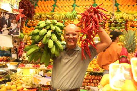 GODT HUMØR: De ansatte på matmarkedet Mercado de Vegueta byr på gode råvarer til kundene.