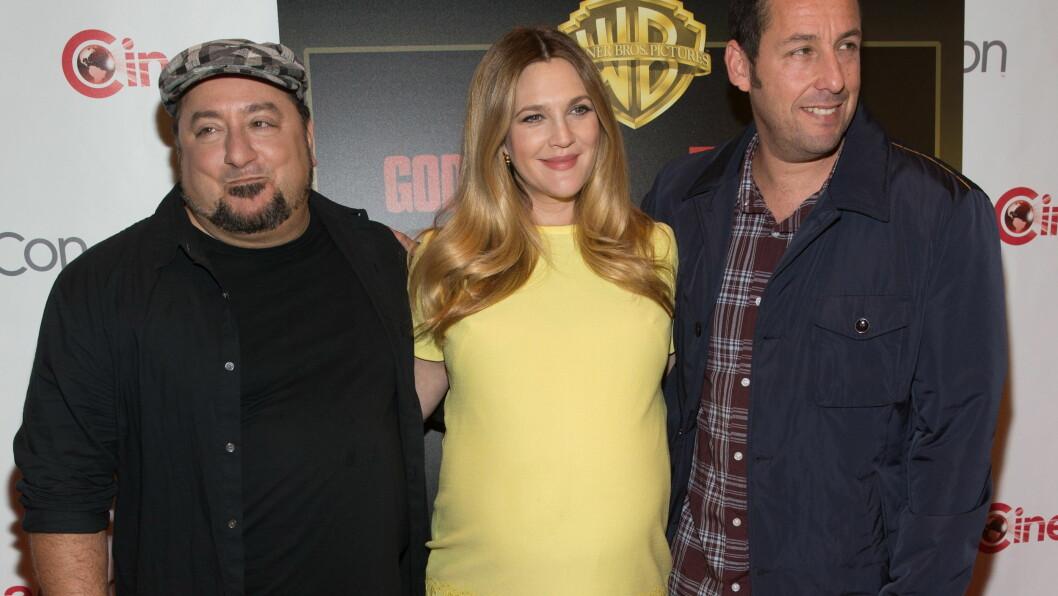 SETT PÅ MAGEN: Drew Barrymore viste fram magen med komikerene Frank Coraci og Adam Sandler på Cinemacon i Las Vegas. Foto: All Over