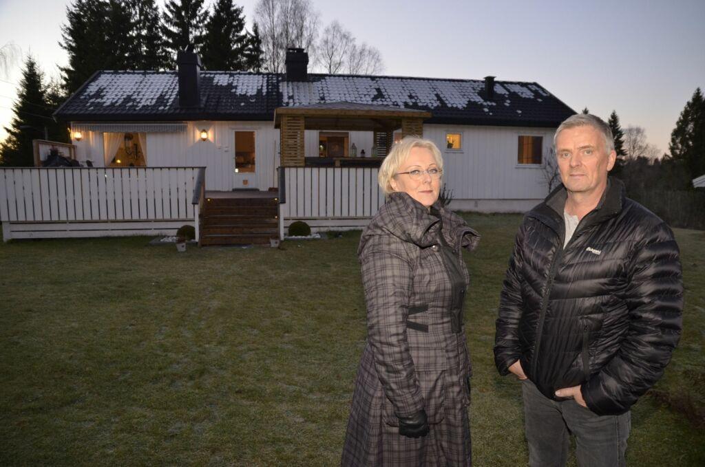 BESØK: Klarsynte Lena Ranehag og programleder Tom Strømness besøk hos Hanne og Marius Jess Wold i «Åndenes makt» ble tatt av skjermen på kort varsel. Foto: TVNorge
