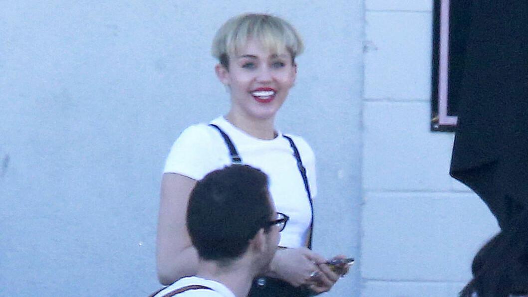 HEI SVEIS: Miley slaktes for sin nye bollesveis. Flere nettsteder syns popstjernen ser ut som en mann. Foto: FameFlynet