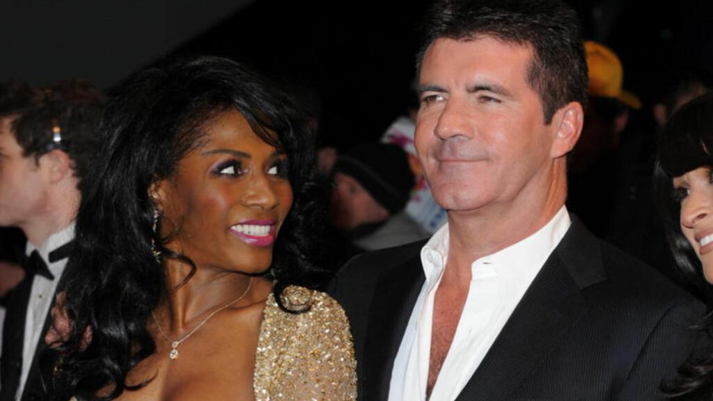 FRYKTER FOR TV-STJERNENS LIV: Den tidligere popstjernen Sinitta sier hun frykter for «X Factor»-dommeren Simons Cowell liv, etter at en kvinnelig fan brøt seg inn i huset hans lørdag.