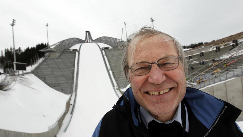 STOLER PÅ HODET OG PAPIR: Arne Scheie klarer seg uten PC-hjelp når han skal lose TV-seerne gjennom hoppkonkurransene under ski-VM i Holmenkollen. Foto: Scanpix