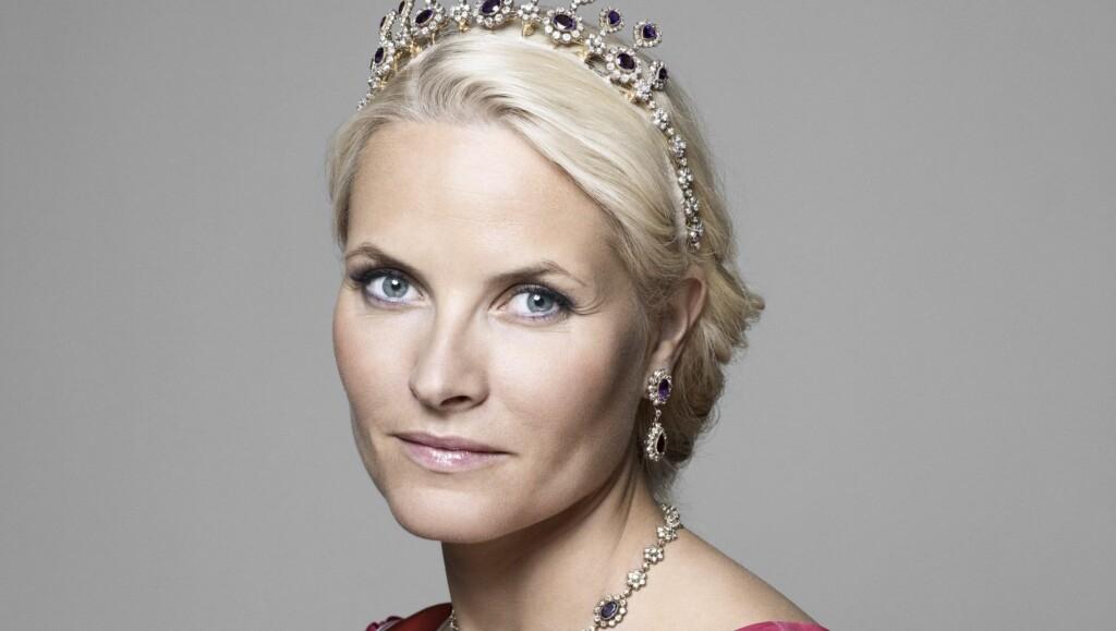 VAKKER: Kongefamiliens nye bilder har fått mye ros, kanskje spesielt bildene av en vakker og moden kronprinsesse Mette-Marit.  Foto: Sølve Sundsbø
