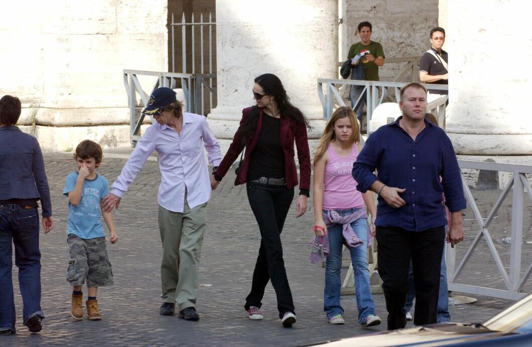 STEMOR: L'Wren hadde også et godt forhold til Micks syv barn. Her er Jagger og Scott og to av barna hans på en ferietur i Roma i 2004.  Foto: Stella Pictures