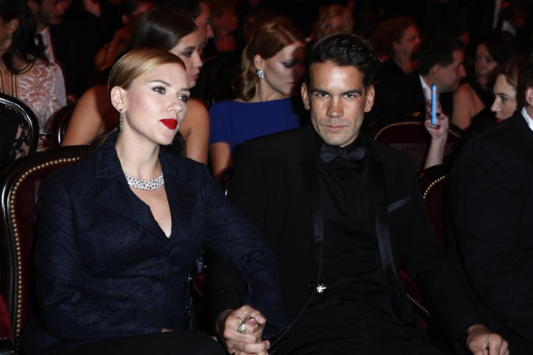 BLIR FORELDRE: Scarlett Johansson og forloveden Romain Dauriac blir i år foreldre for første gang. Her fra da paret overvar den franske versjonen av Oscar-utdelingen på Chatelet Theatre i Frankrike i slutten av februar i år - bare dager før babynyheten ble kjent. Foto: Stella Pictures