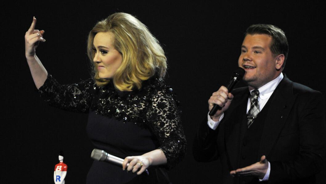 RASENDE: Adele viser produsentene fingeren etter at hennes takketale ble avbrutt av programlederen under Brit Awards i går kveld. Foto: Reuters