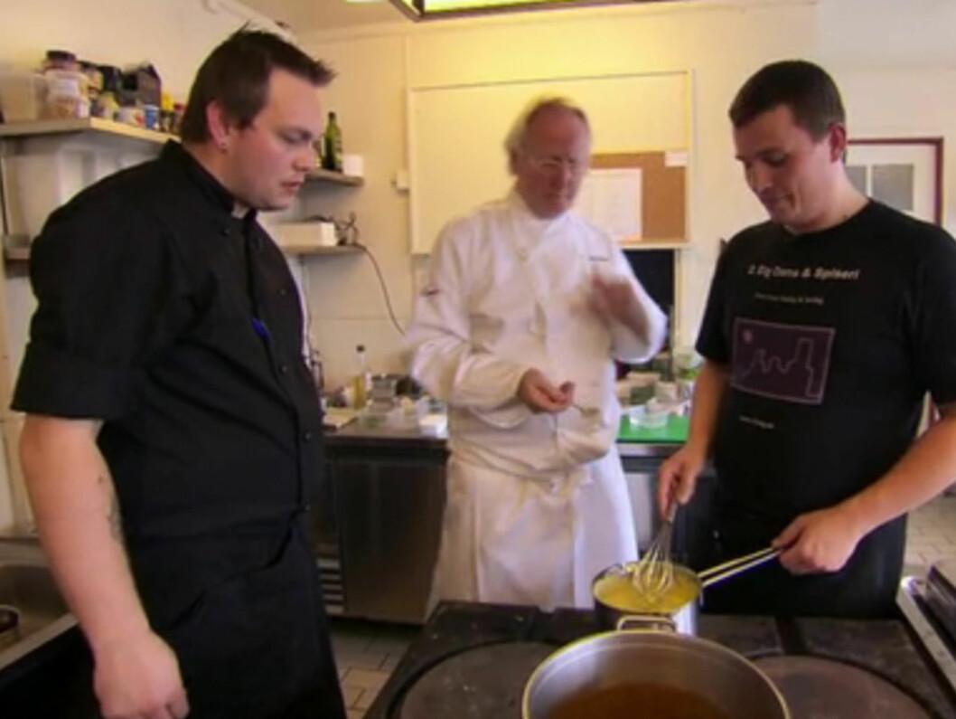 KLAR BESKJED: Mesterkokken Eyvind Hellstrøm refser både eier Halvdan Thommesen og kokk Glenn Thomas Kristensen for tafatthet i programmet «Hellstrøm rydder opp» Foto: TV3