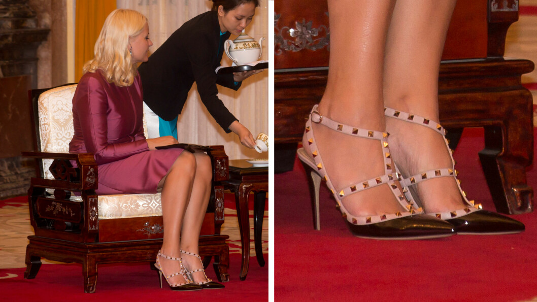 VERY VALENTINO: Mette-Marit viste fram sine nye naglesko i under besøket i presidentpalasset tirsdag. Hjemme i Norge har hun nøyaktig samme skopar - bare i en annen farge.