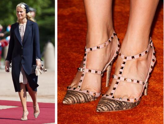 FIRFISLE: I 2010 dukket kronprinsesse Mette-Marit opp med sitt første par naglepumps fra Valentino, laget av firfisleskinn. Hun har også den matchende vesken som koster rundt 20 000 kroner. Foto: Se og Hør