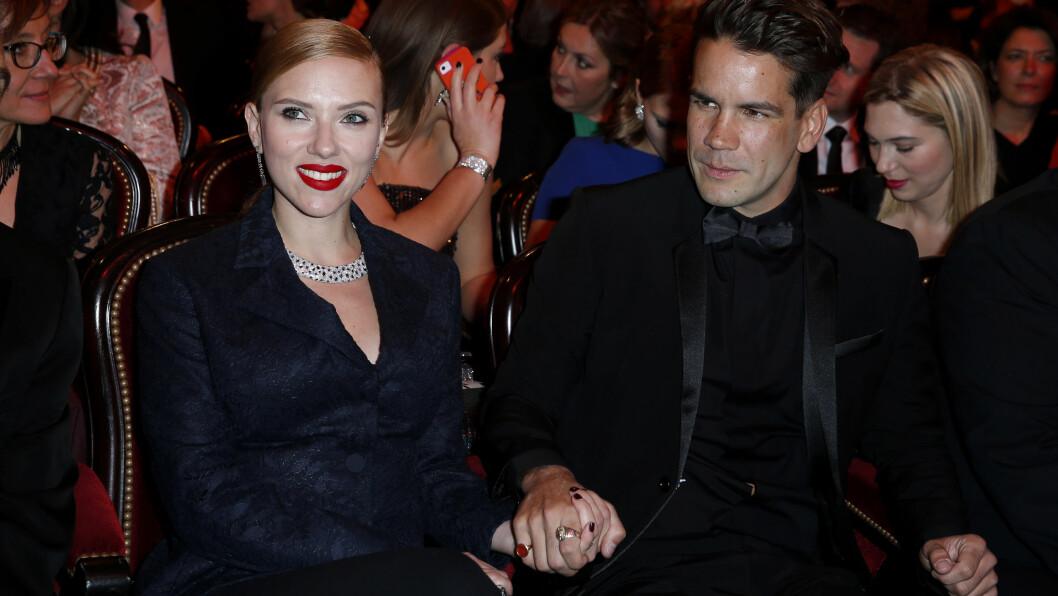 BLIR FORELDRE: Scarlett Johansson og Romain Dauriac fotografert under en filmfestival i Paris i slutten av februar. Da var babynyheten en godt bevart hemmelighet. Foto: Stella Pictures