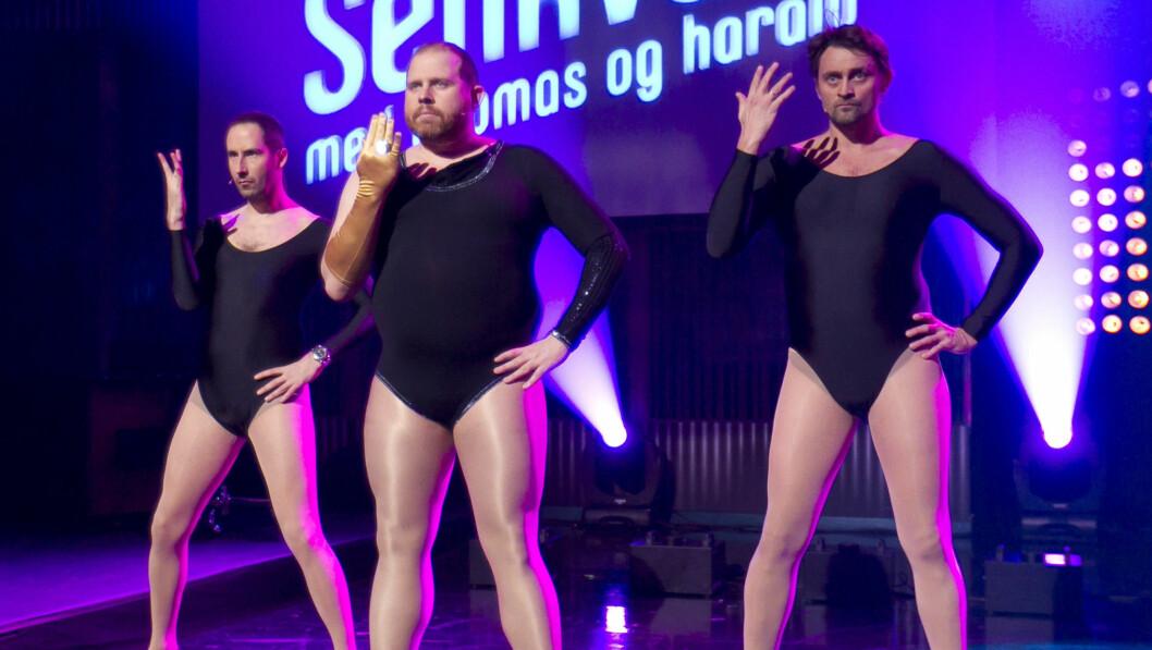POPULÆR TRIO: Truls Svendsen ble svært populær som stuntreporter i «Senkveld». Her danser han sammen med Harald Rønneberg og Thomas Numme.  Foto: Stella Pictures