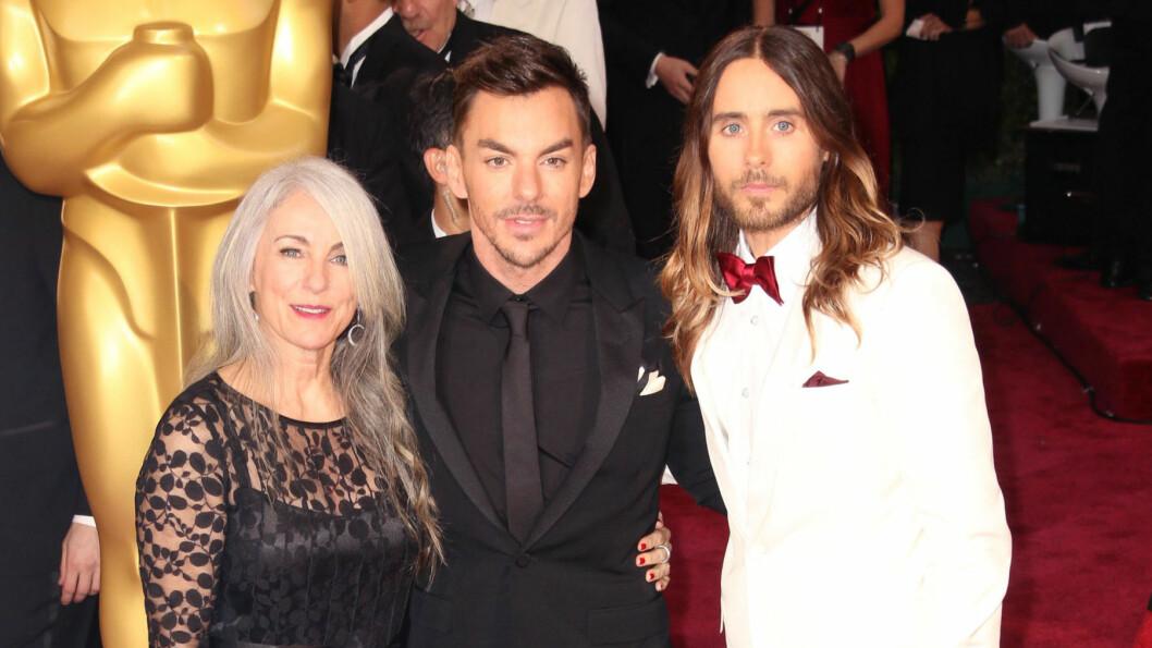 """STERKE BÅND: Jared Leto er nært knyttet til moren Constance og broren Shannon, som han også spiller sammen med i rockebandet """"Thirty Seconds to Mars."""" Her er familien sammen på Oscar-utdelingen sist helg. Foto: FameFlynet"""