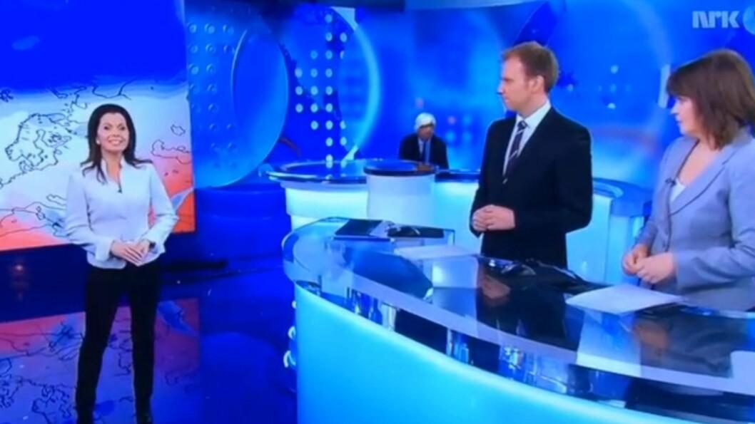 UVENTET ENTRÉ: NRK-reporter Ole Torp dukket overraskende opp fra bak en pult under Dagsrevyen onsdag kveld.  Foto: NRK
